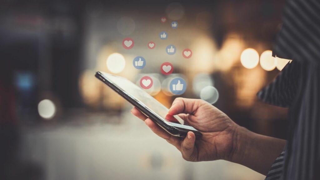 Comment utiliser les réseaux sociaux pour trouver un job